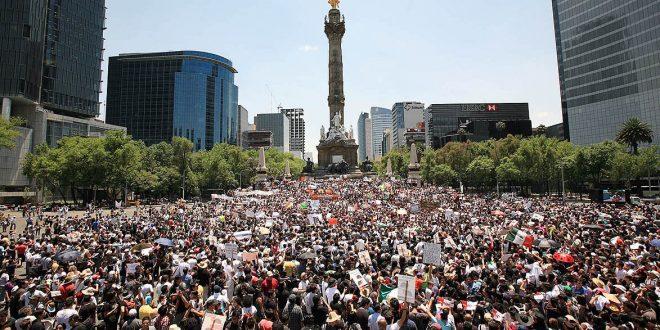 Miles de personas salieron a las calles a la marcha convocada por las redes sociales en contra del Candidato del PRI, Enrique Peña Nieto, la mcaminata del Zocalo al Angel de la Independencia, ciudad de Mexico, el 19 de mayo del 2012. Jose Carlo Gonzalez/ LA JORNADA